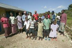 En grupp av HIV/AIDS smittade barn sjunger sång om HJÄLPMEDEL på Pepo La Tumaini Jangwani, HIV-/AIDSgemenskaprehabilitering Prog royaltyfri foto