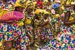 En grupp av iklädd spanjorstil för dansare föreställer Trinidads och Tobago spanska kulturarv Arkivfoto