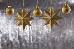 En grupp av julbollen och stjärna Arkivbilder