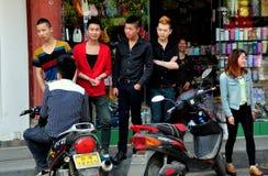 Pixian gammal Town, Kina: Tonår som ut hänger arkivfoto