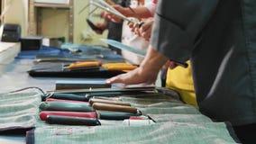 En grupp av kockar vässar knivar Spisar förbereder sig för mästarklassen arkivfilmer