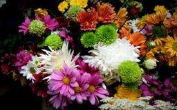 En grupp av konstgjorda blommor med livliga färger Arkivbild