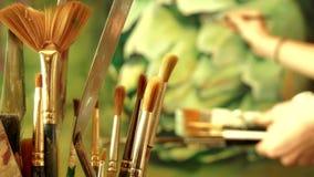 En grupp av konstmålarfärgborstar på bakgrund av arbete för yrkesmässig konstnär lager videofilmer