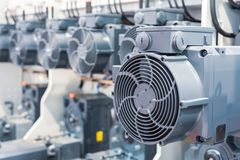 En grupp av kraftiga elektriska motorer Elektriskt drev av industriell utrustning royaltyfria bilder