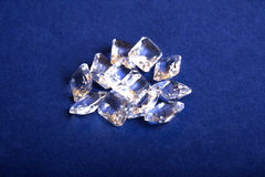 En grupp av kristaller på en blå bakgrund Royaltyfria Bilder
