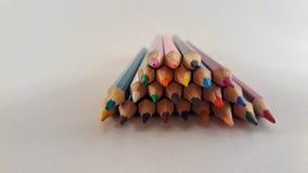 En grupp av kulöra blyertspennor arkivbild
