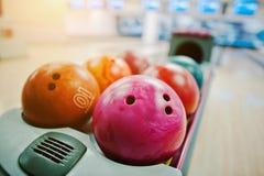 En grupp av kulöra bowlingklot på bunkeelevatorn Royaltyfria Foton