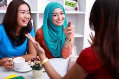 En grupp av kvinnor har en intressant konversation arkivbild