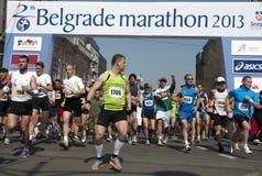 En grupp av löpare i start Arkivfoton