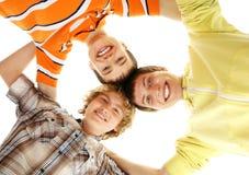 En grupp av lyckliga tonårs- pojkar på en vit bakgrund Royaltyfria Foton