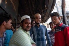 En grupp av män poserar för ett foto, medan ha en chai arkivfoton