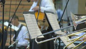 En grupp av män som spelar på trambones på etappen 4k av den anonyma personen på den instrument- konserten lager videofilmer