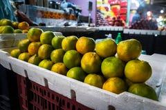 en grupp av mogna orange apelsiner på räknaren i en gata shoppar Arkivbilder