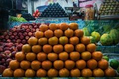 en grupp av mogna orange apelsiner på räknaren i en gata shoppar Royaltyfria Bilder