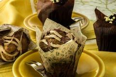 En grupp av muffin på en gul tabelltorkduk Royaltyfria Foton