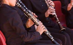 En grupp av musiker som spelar klarinetter Arkivfoto