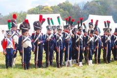 En grupp av Napoleonic) soldater-reenactors för franska som (i rad står Arkivbilder