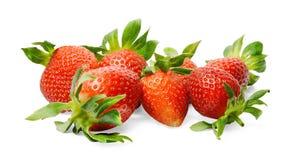 En grupp av nya smakliga jordgubbar p? en vit isolerad bakgrund N?rbild ljusa f?rger arkivfoton
