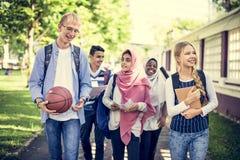 En grupp av olika tonåringar arkivfoto
