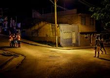 En grupp av pojkar som spelar i gatan på natten i santiago de cu Arkivbilder