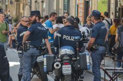 En grupp av poliser som blir i den huvudsakliga gatan av Palerm fotografering för bildbyråer