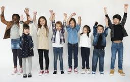 En grupp av primärt hurra för schoolers arkivfoto