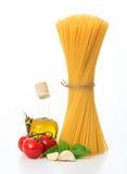 En grupp av rå spagetti på en vit bakgrund Royaltyfri Foto