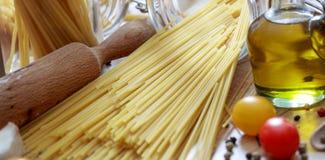 En grupp av rå spagettipasta Arkivbilder