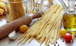 En grupp av rå spagettipasta Royaltyfria Bilder