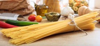 En grupp av rå spagettipasta Royaltyfria Foton