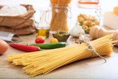 En grupp av rå spagettipasta Royaltyfri Foto