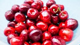 En grupp av saftiga röda körsbär Fotografering för Bildbyråer