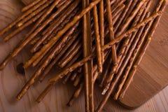En grupp av salta brödpinnar på den bruna bakgrunden Fotografering för Bildbyråer