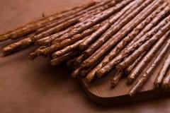 En grupp av salta brödpinnar på den bruna bakgrunden Arkivbild