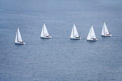 En grupp av seglingskepp på vattnet arkivbild