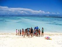 En grupp av skolbarn förbereder sig för att simma kurser i en blå lagun i kocken Islands Fotografering för Bildbyråer