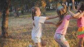 En grupp av små flickor som har gyckel och, kastar sig med kulör Holi pulverfestival av färger Holi arkivfilmer