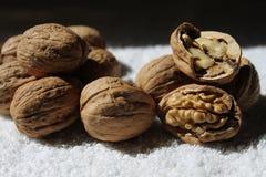 En grupp av smakliga och sunda valnötter och ett av dem shower inom honom Royaltyfria Bilder