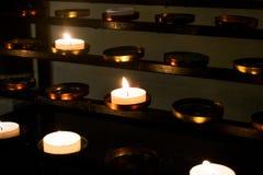 En grupp av stearinljus i en katolsk kyrka Royaltyfria Bilder