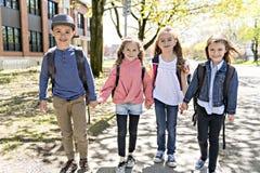 En grupp av studenter utanför på skolan som tillsammans står arkivfoton