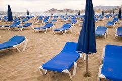 Sunbeds i stranden Arkivfoton