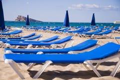 Sunbeds i stranden Royaltyfria Bilder