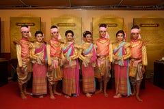 En grupp av thailändska dansare utför thailändsk dans på den traditionella stearinljusprocessionfestivalen av Buddha Fotografering för Bildbyråer