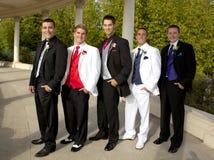 En grupp av tonårs- pojkar i smokingar på studentbalen Royaltyfria Foton