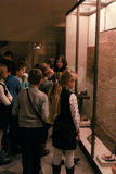 En grupp av tonåringar från eremitboningutställningen Arkivfoton