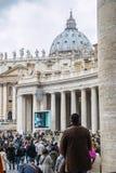 En grupp av troenden i Sts Peter fyrkant Arkivfoto