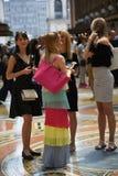 En grupp av en turist- flicka i gallerit Vittorio Emanuele II i Mil royaltyfria foton