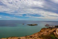 En grupp av turister på en utkikplattform i apan Mia, västra Australien Caucasian flicka som tycker om klippor av indiern arkivfoto