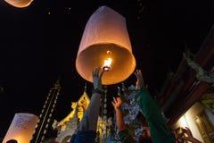 En grupp av turister släpper att sväva lyktor i Chiang Mai, Tha Arkivbild