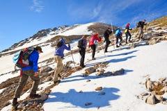 En grupp av turister som ska klättras Royaltyfria Bilder